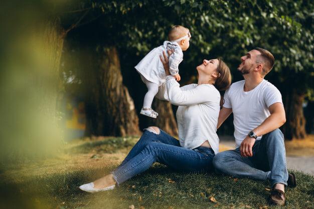 زن و شوهر خوشحال در کنار فرزند